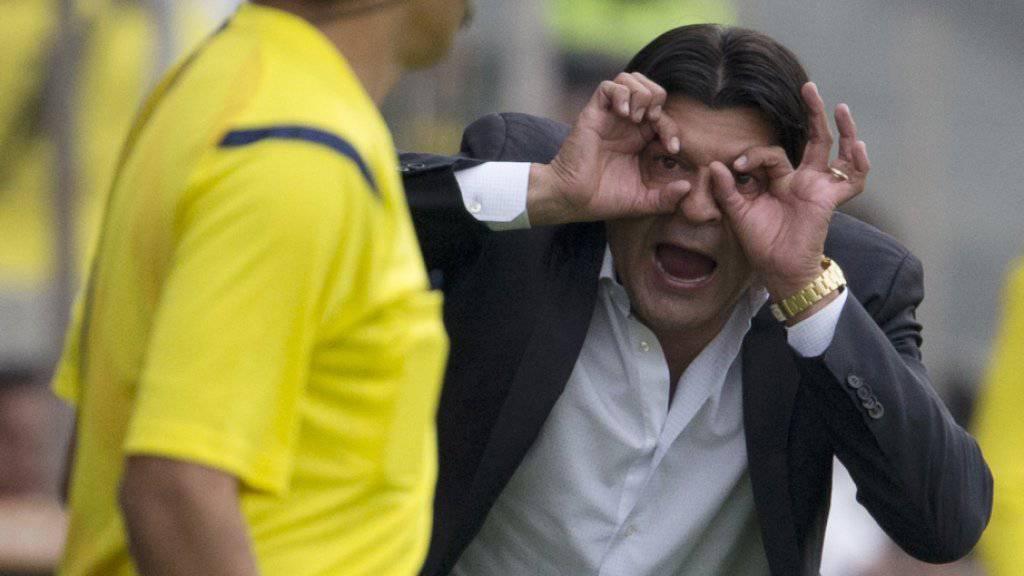 Coach Jose Saturnino Cardozo legt sich auch mit Linienrichtern an