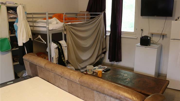 Neben einem Bett hat jeder Bewohner einen eigenen Spind.