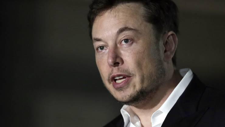 Tesla-Chef Elon Musk ist wegen seiner überraschenden Ankündigung zum Rückzug des E-Auto-Herstellers von der Börse von Investoren verklagt worden. (Archivbild)