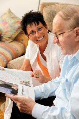 Pflegehelferinnen SRK kümmern sich zu Hause um die zu betreuenden und pflegenden Angehörigen.