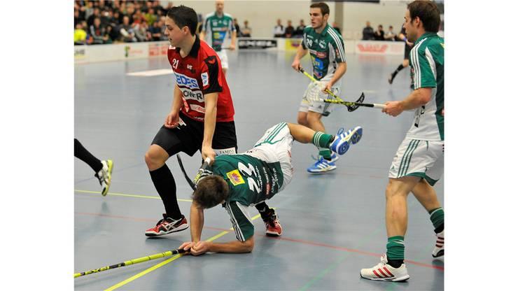 Alligator-Malans-Spieler Patrick Vetsch im harten Zweikampf mit SVWE-Spieler Philipp Fankhauser.