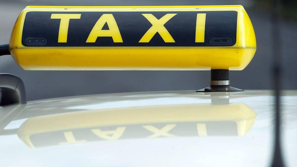 Der Luzerner Stadtrat kommt der Taxibranche entgegen und halbiert die Jahresgebühr für das laufende Jahr. (Symbolbild)