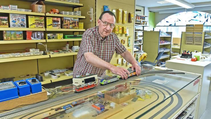 Markus Heim in seinem Laden an der Aarauerstrasse 44, in dem er Modelleisenbahnen und Zubehör verschiedener Marken anbietet.