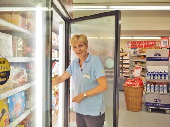 """Aina Willmann leitet die Volgfiliale. """"Wir sind persönlicher als die Läden im Tal"""", sagt sie über ihren Dorfladen."""
