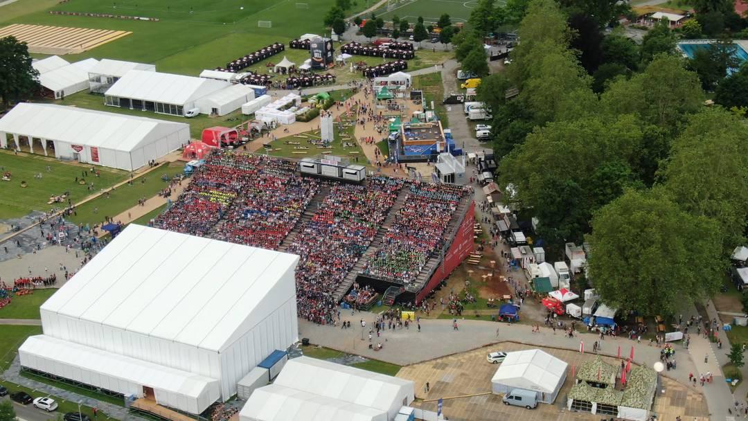 Volle Tribüne: die Jugend-Schlussfeier am Turnfest aus der Luft