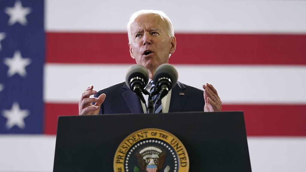 Joe Biden, Präsident der USA, spricht auf der Royal Air Force Station Mildenhall vor Mitgliedern des US-Militärs.