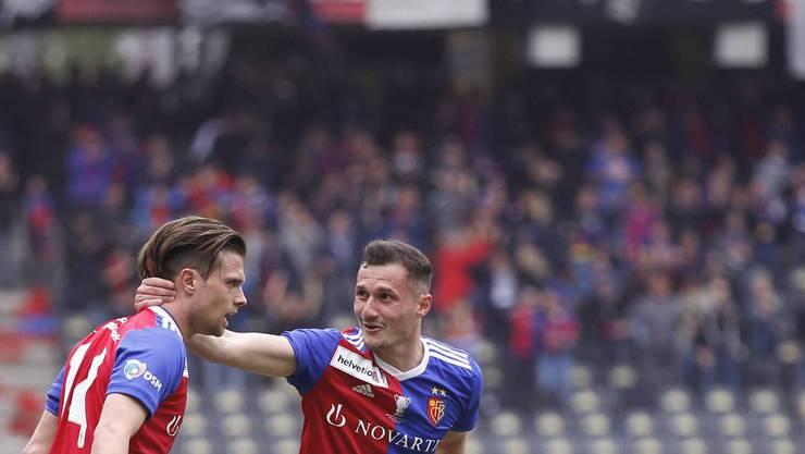 Basels Valentin Stocker (links) und Taulant Xhaka jubeln – aber nicht wegen eines ausverkauften Stadions: Nur 20'500 Zuschauer wollten das Spiel im Stadion sehen.