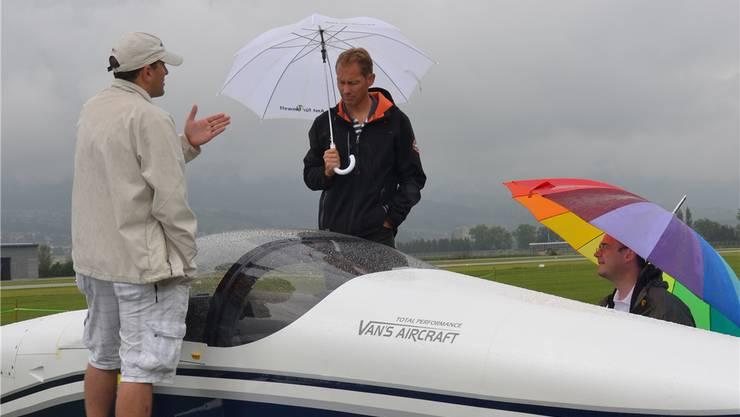 Vom Fachsimpeln liessen sich die Piloten trotz des starken REgens nicht abhalten.
