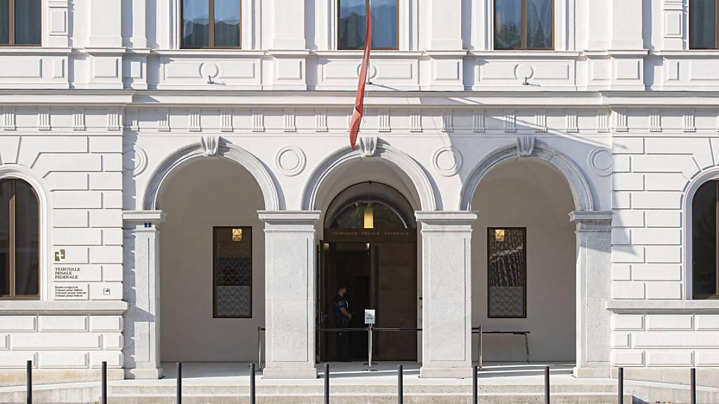 Am Bundesstrafgericht in Bellinzona hat am Montagmorgen der Prozess gegen einen ehemaligen Seco-Angestellten begonnen.
