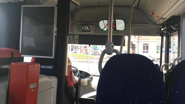 Immer wieder den Stop-Knopf gedrückt: Ein Fahrgast mit Kleinkind lieferte sich eine Auseinandersetzung mit dem Busfahrer.