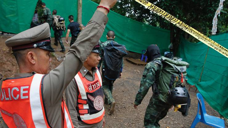 Damit der Einsatz nicht durch das Grossaufgebot an Medien behindert wird, sperrten die Behörden den Eingang zur Höhle weiträumig ab.