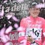 Chris Froome feiert nach der 20. Etappe in Cervinia seinen Gesamtsieg am Giro d'Italia mit Champagner