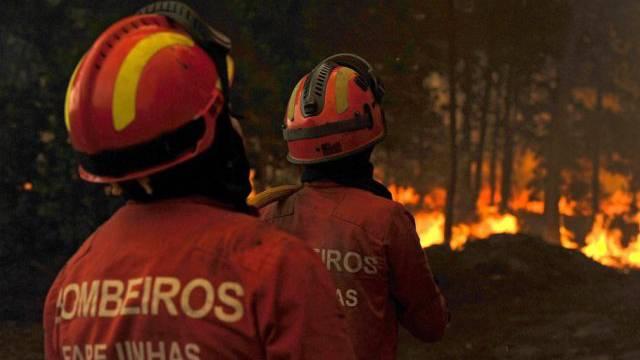 Feuerwehrleute in Portugal kämpfen gegen die Flammen