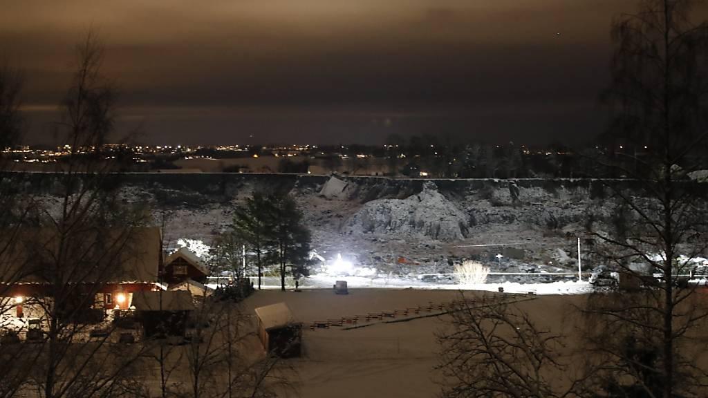 Rettungsmannschaften im Einsatz nach dem Erdrutsch in Norwegen. Foto: Jil Yngland/NTB/dpa