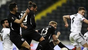Eine Woche, nachdem die Eintracht gegen den FC Basel spielte, gibt es innerhalb der Mannschaft mindestens zwei positive Corona-Virus-Tests.
