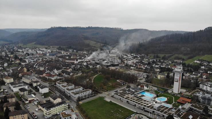 Drohnenaufnahmen eines Leserreporters zeigen dicke Rauchschwaden über Bad Zurzach.