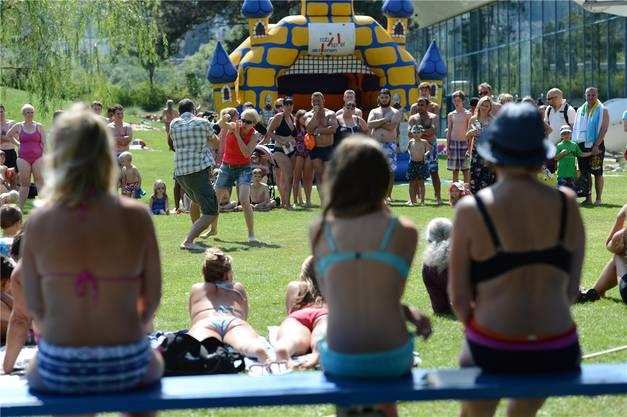 Was tun, wenns eng wird? Im Schwimmbad Gitterli gabs Anschauungsunterricht. Fotos Juri Junkov