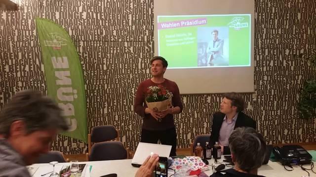 «Power und Verjüngung»: Daniel Hölzle übernahm an der Mitgliederversammlung der Aargauer Grünen Blumen und das Amt des Parteipräsidenten