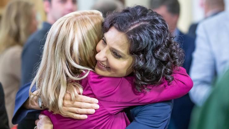 SP-Freude: Yvonne Feri und Gabriela Suter im Grossratsgebäude.