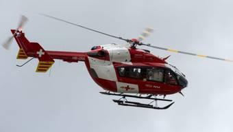 Ein Rega-Helikopter brachte den 48-jährigen Mann ins Spital. (Symbolbild)