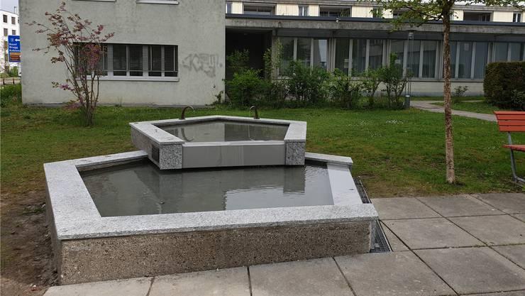 Der Brunnen wurde sandgestrahlt und erhielt eine neue Abdeckung mit Chromstahlüberläufen.Janine Müller