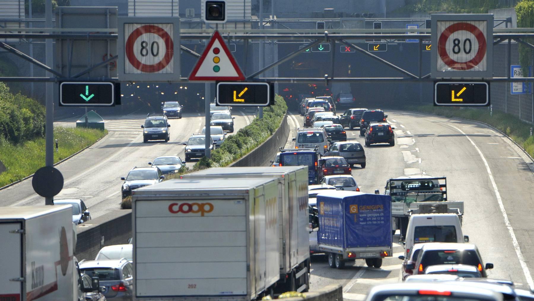 Typisches Bild: Verkehr staut am Rosenbergtunnel auf der Stadtautobahn