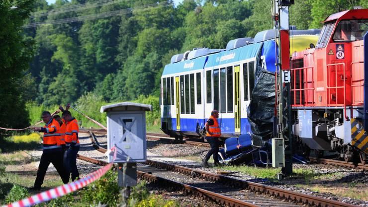 Beim Zusammenstoss eines Personenzugs mit einem Güterzug in Aichach, Bayern, waren am Montagabend zwei Menschen ums Leben gekommen.