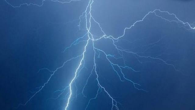 Ein Blitz beschädigte den Sicherungshalter auf einer Maststation (Symbolbild)