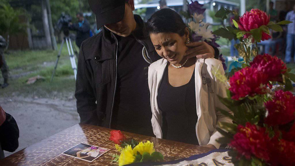 Verwandte und Freunde bei der Beerdigung der damaligen Miss Honduras María José Alvarado Muñoz im November 2014.