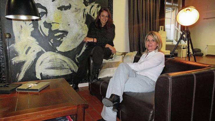Die beiden Initiantinnen von «Das Wohnzimmer», Loredana Gioia (l.) und Karin Bochicchio-Stutz, im Fotostudio in Dottikon.