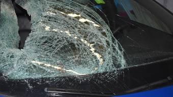 Der 71-jährige Mann wurde gegen die Windschutzscheibe des Personenwagens geschleudert und mittelschwer verletzt.
