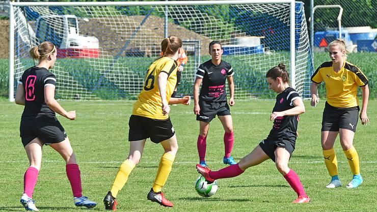 Nach der Pause kam Mümliswil ordentlich ins Stolpern. Im Bild: Andrea Hafner behauptet sich am Ball.