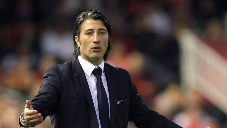 Murat Yakin kann nicht begreifen, wieso nach Gaston Sauro auch noch Giovanni Sio vom Platz fliegt.