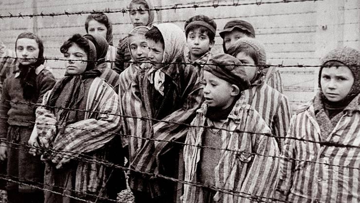 Ein Bild eines Kriegsfotografen der Roten Armee vom 27. Januar 1945 zeigt die Kinder im KZ Auschwitz-Birkenau, unter ihnen wahrscheinlich Gábor Hirsch, Fünfter von rechts. «Ganz hundertprozentig sicher bin ich mir nicht», sagt Hirsch. Es ist eine der offenen Fragen, die ihn bis heute umtreiben.