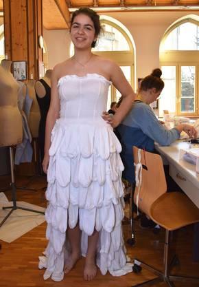 Die angehende Bekleidungsgestalterin Marianne Simmen im Lehratelier in Aarau: Ihr Kleid aus weissen Socken wird sie an der grossen Modenschau tragen.