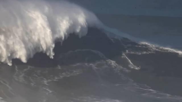 Rekord: Surferin bezwingt 21-Meter-Welle