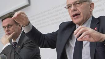 Finanzminister Ueli Maurer (rechts) setzt sich für das Gleichgewicht der Bundesfinanzen ein. Die Milchkuh-Initiative ist seiner Meinung nach nicht verkraftbar.