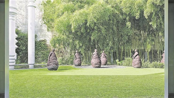Der Garten: «Die Schattensäulen» von Karl Gerstner (um 1995) und «Conversation Piece III» von Juan Munoz (2001).