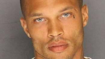 """""""Ist es illegal, so sexy zu sein?"""" schrieb eine Frau als Kommentar zum Foto des 30-jährigen Verbrechers."""