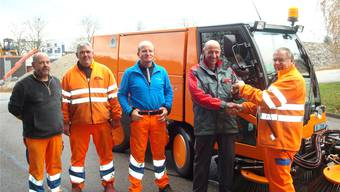 V.l.n.r.: Viktor Fuhrimann, Martin Baumann, Dieter Affolter, Guido Anderhub (Firma Aebi & CO. AG) und Edgar Kummer (Chef Unterhaltsdienst) bei der Übergabe.