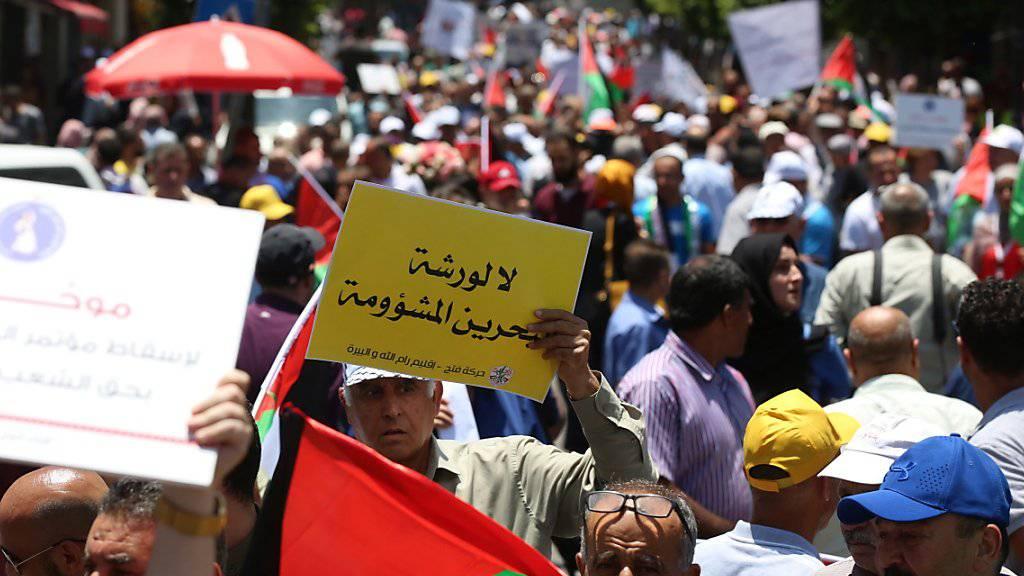 Tausende Palästinenser protestierten am Montag im besetzten Westjordanland gegen eine Konferenz für wirtschaftliche Investitionen in den Palästinensergebieten in Bahrain. Demonstranten hielten Schilder hoch, auf denen u.a. «Jerusalem und Palästina stehen nicht zum Verkauf» stand.