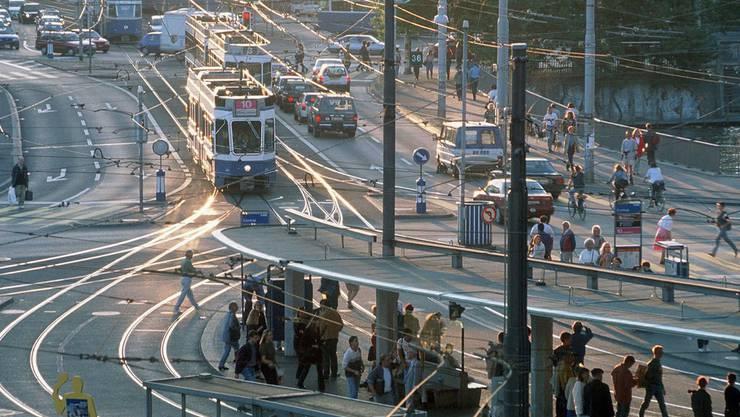 Eine Autospur am Zürcher Central wird zur Bus- und Velospur umfunktioniert