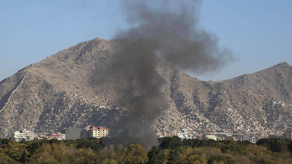 Rauch steigt über Kabul auf. Foto: Rahmatullah Alizadah/XinHua/dpa