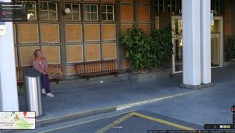 Der Haupteingang des Universitätsspitals Zürich:Google zeigt unverpixelt ein Person. Wir zeigen sie verpixelt.Google