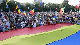"""Zehntausende Menschen haben am Samstagabend in Bukarest die """"Inkompetenz und Korruption"""" der Regierung angeprangert."""