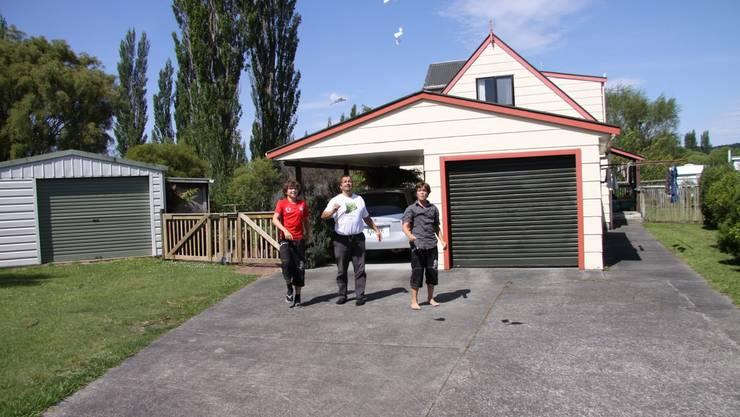 Andrin, Reto und Roman beim Flugwettbewerb vor dem Haus, welches wir in Turangi, Neuseeland, für 17 Tage hüten. (Evelyne Brader)
