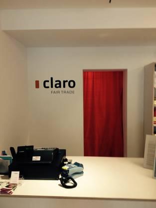 Claro Kasse und Wand mit Logo.jpg