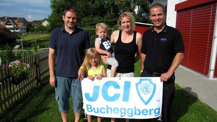 Präsident Pascal Leuenberger (r.) überreicht den Gutschein. Tochter Julia (2. vl) ist glücklich über den Preis.