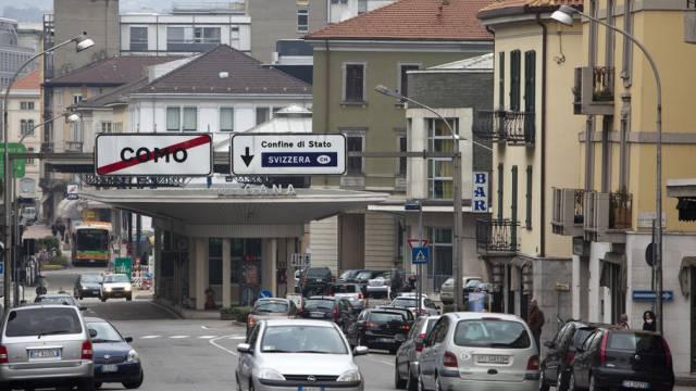 Autos passieren den Grenzuebergang in Como in Richtung Schweiz