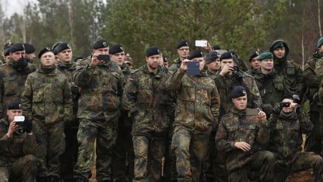 Soldaten filmen eine NATO-Militärübung in Litauen im November 2014